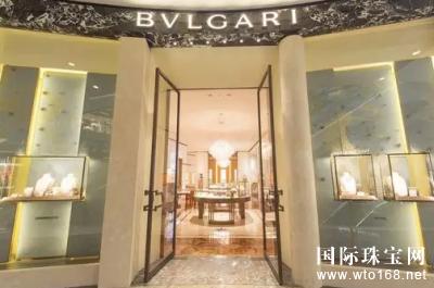 橱窗,水晶吊灯,带星光图案的胡桃木拼花地板等也都与宝格丽品牌高雅的图片