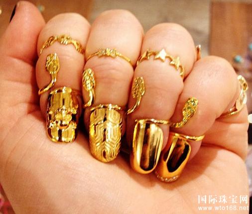 """Armor Ring盔甲戒指,也是骨节戒指的一种,因为造型像盔甲一样而得名;是""""西太后""""Vivienne Westwood粉丝们大爱的款式之一;有全部包裹起来的盔甲造型,也有半镂空的款式;而编编今天要安利的是它的""""升级版""""——Full Finger Ring;顾名思义,它是装饰在""""整条手指""""的戒指,和盔甲戒指一样中间有一个可以活动的结构来方便手指屈伸;因为包裹手指的面积较大,编编推荐镂空的纤细线条款式,这样的款"""