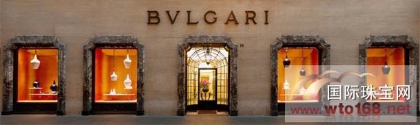 Bulgari宝格丽邀义大利设计师Marco Piva操刀打造的精品店全新橱窗设计正式登场。崭新的装饰艺术?用近4,000座匠心独具的手工瓷器凋像,于Bulgari宝格丽全球1,000间精品店橱窗呈现。  以曲线蜿蜒的黑白抛光瓷器展台作为背板,使其珠宝锋芒毕露,此展场设计不久前曾在巴黎古董双年展中首度亮相。